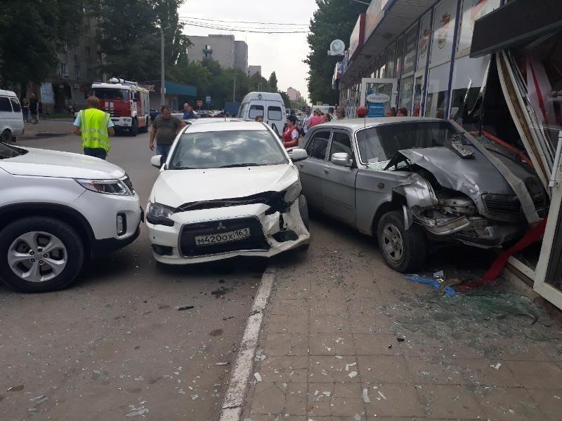 В Таганроге «Волга» столкнулась с двумя иномарками и протаранила магазин
