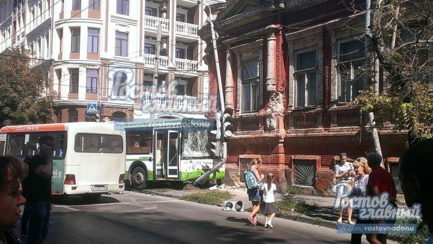 ВРостове автобус после столкновения скроссовером протаранил светофор
