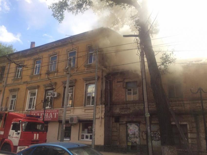 Вцентре Ростова 48 спасателей гасят пожар ваварийном доме