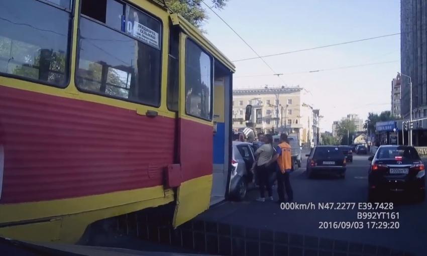 ВРостове трамвай насветофоре протаранил несколько авто