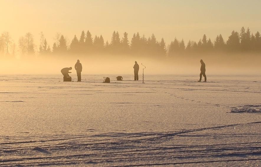 Рыбак провалился под лед в Ростовской области