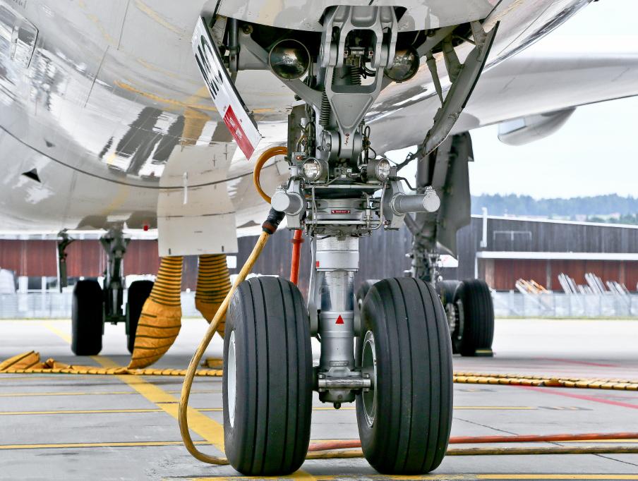 Вылетающий из Москвы в Ростов самолет чуть не задавил работника аэропорта