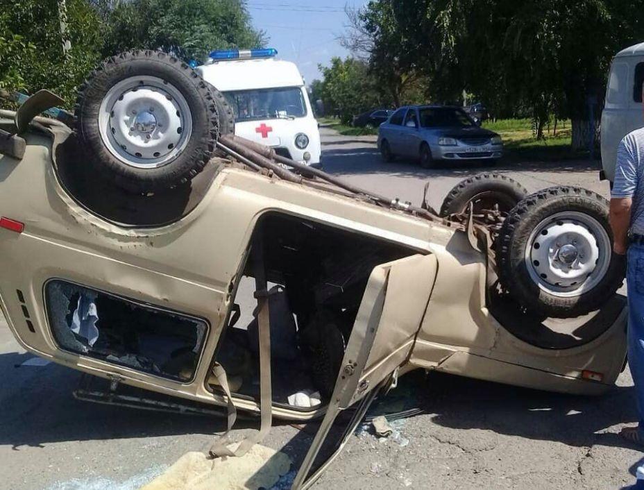 В Ростовской области легковушка перевернулась на крышу