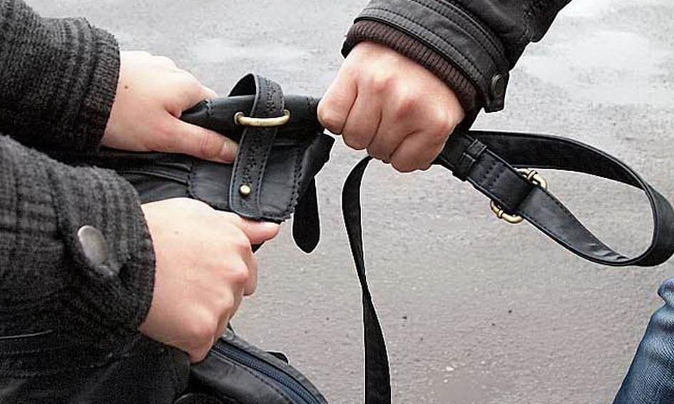 Днем в центре Ростова вор украл у женщины сумку с дорогостоящей техникой