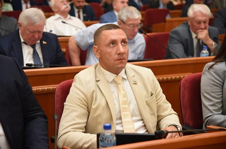 Ростовский депутат каждый год менял дорогие иномарки, а теперь живет на тысячу рублей в день