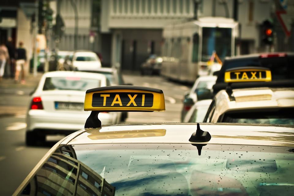 Ростовские школьники с куском асфальта в руках напали на таксиста