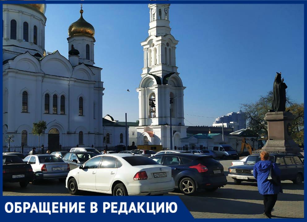 Ростовчанку возмутили машины, стоящие наСоборной площади