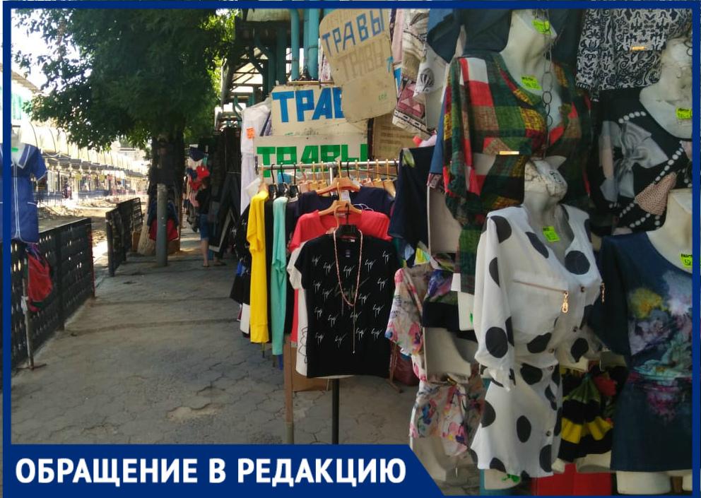 «Станиславского— это улица, анерынок»: ростовчанке надоели гирлянды из трусов посреди тротуара