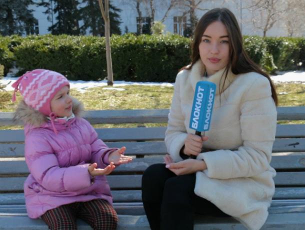 Прекрасная Настя выяснила у ростовчан, чем можно развеселить ребенка