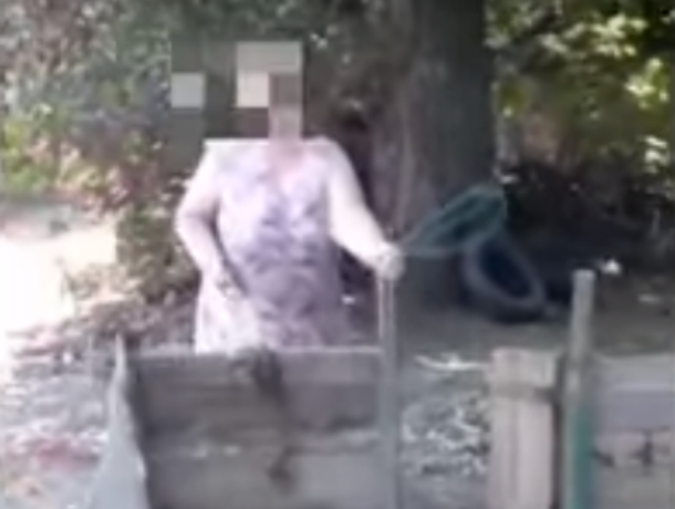 «Освободила дочери парковку»: крушащая детскую площадку молотком злобная ростовская бабка попала на видео