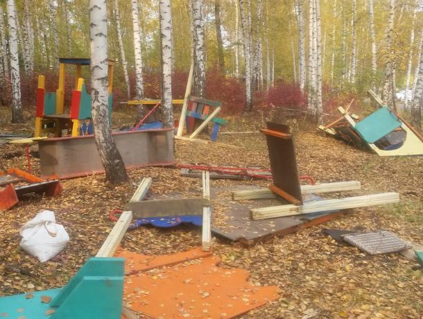 Ростовские вандалы бешено разломали на кусочки детскую площадку