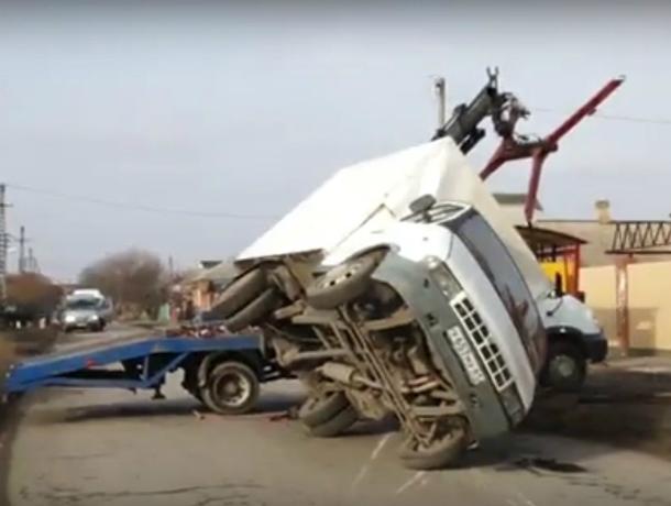 «Газель» перевернулась после ДТП с иномаркой возле тюрьмы в Ростовской области