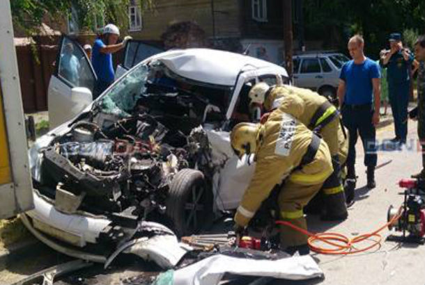 Мужчину вырезали из искореженного после ДТП автомобиля в Ростовской области на видео