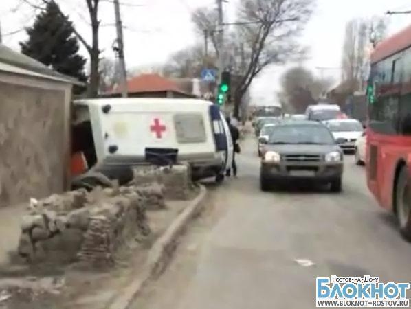 В Ростове машина скорой помощи перевернулась и врезалась в дом. ВИДЕО