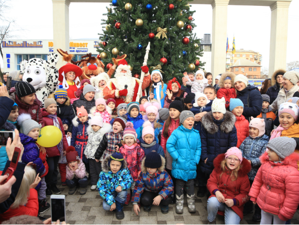 Новогодние чудеса в «Красном Аксае»: ГК «ЮгСтройИнвест» вручила ключи жителям третьего литера