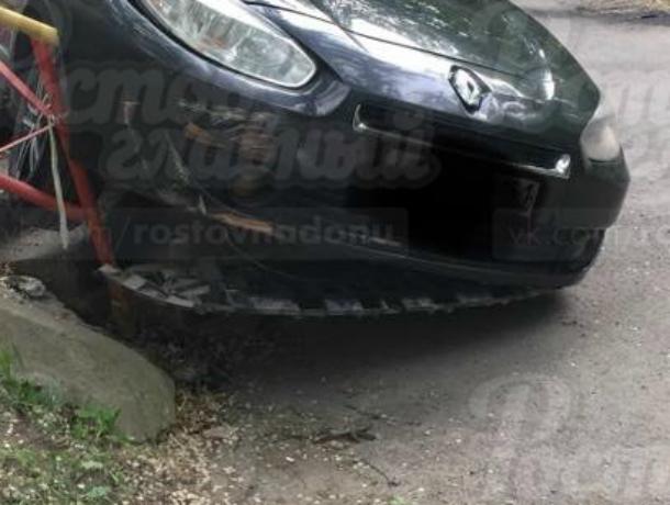Только что из автосервиса: дорогая иномарка «съехала с катушек» у переходного моста в Ростове