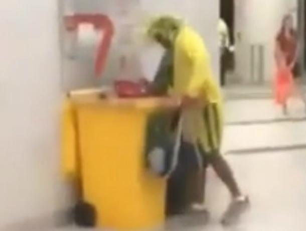 Собирающий трофеи в мусорке бразильский болельщик удивил ростовчан на видео