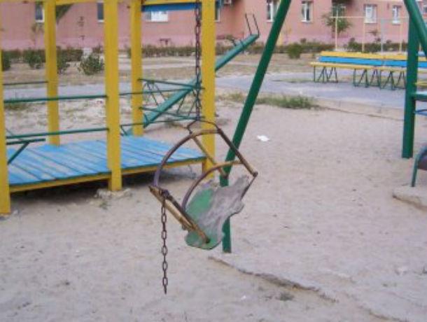 Опасные карусели-убийцы усмотрела горожанка на новенькой детской площадке в Ростове