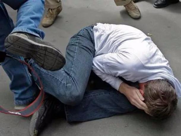 Парни из машины с «блатными» номерами АРО избили до потери сознания врезавшегося в них ростовчанина