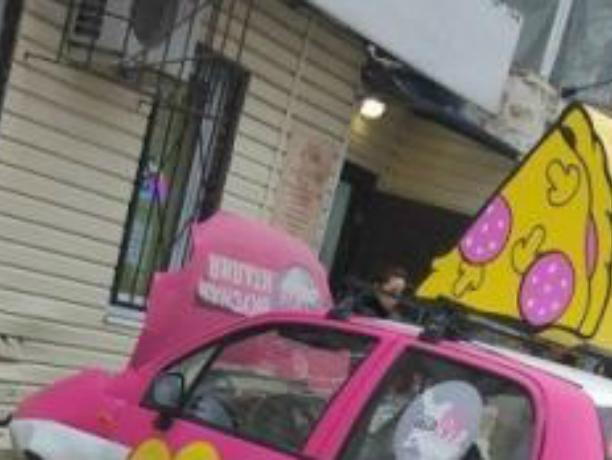 Развозивший пиццу розовый автомобиль протаранил парикмахерскую в центре Ростова