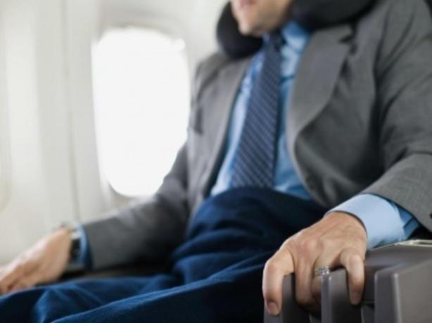 Ростовчанина спасли на борту самолета благодаря летевшему рядом пассажиру