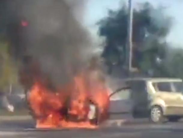 Адово полыхающую посреди проезжей части «Ауди» жители Ростовской области сняли на видео