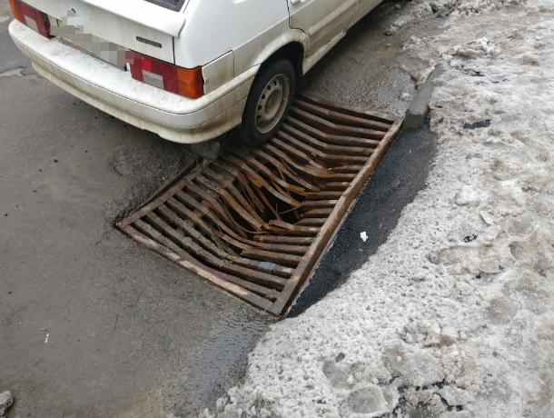 Страшную ловушку для автомобилистов и прохожих подготовил коварный Пеннивайз в центре Ростова