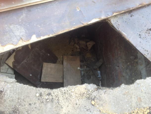 Двухметровой глубины кратеры в ожидании жертв прикрыли фанеркой на дороге Ростова
