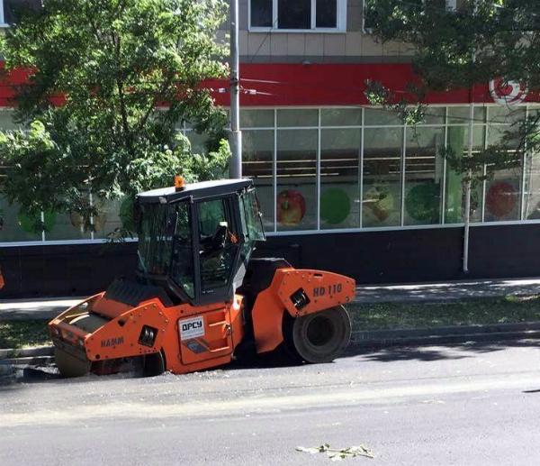 Каток, провалившийся «за деяния свои» в асфальт в центре Ростова, попал на видео