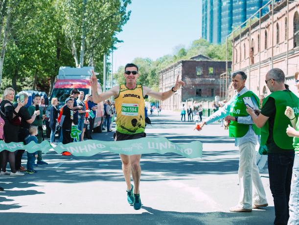 Четыре тысячи ростовчан пробежали изнурительный марафон по набережной Дона