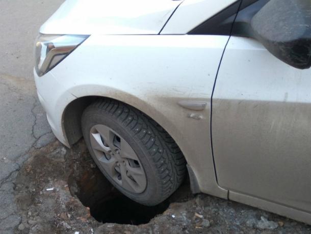 Коварная ловушка засосала колесо иномарки в Ростове