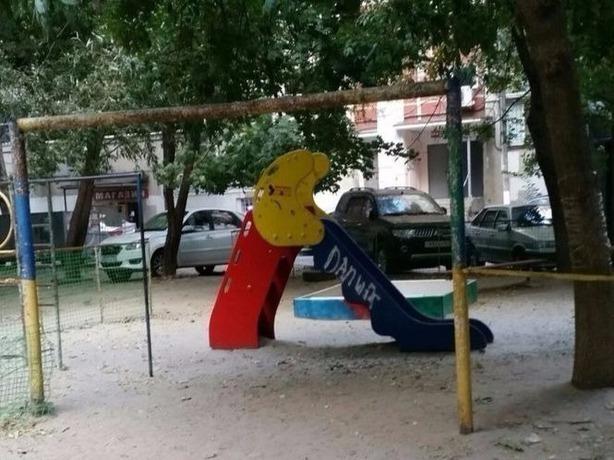 Возмущенному ростовчанину посоветовали самому ремонтировать детскую площадку