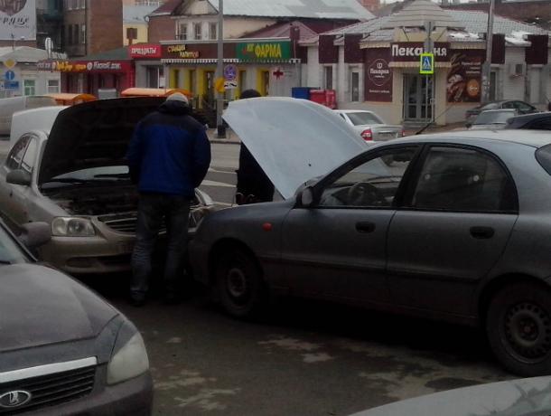 Жест взаимовыручки приняли за аварию жадные на сенсации горожане в центре Ростова