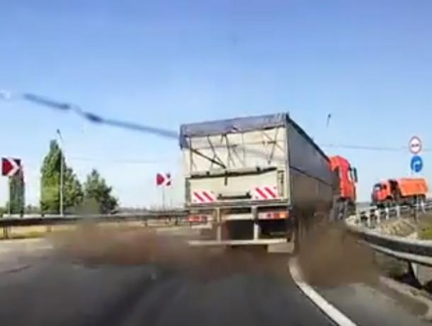 Мощный взрыв колеса грузовика перед носом у автомобилиста на трассе под Ростовом попал на видео
