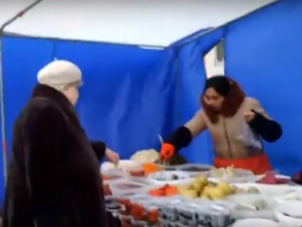 Откровенно травящие людей скоропортящимися продуктами уличные торговцы Ростова попали на видео