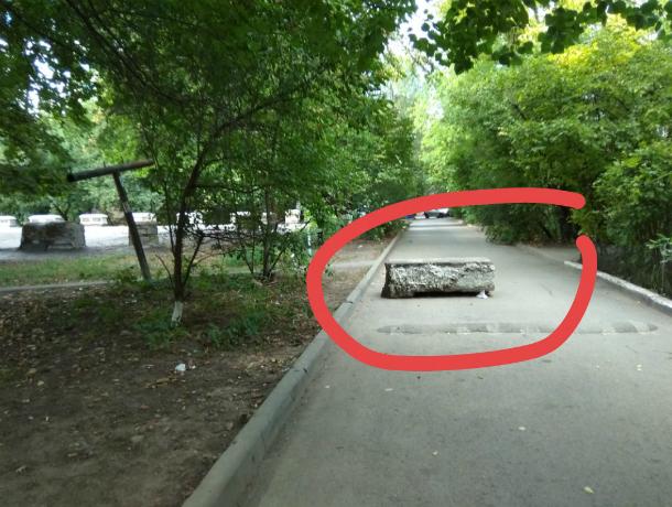 Огромным бетонным блоком перегородили проезд автомобилистам на Стачках в Ростове