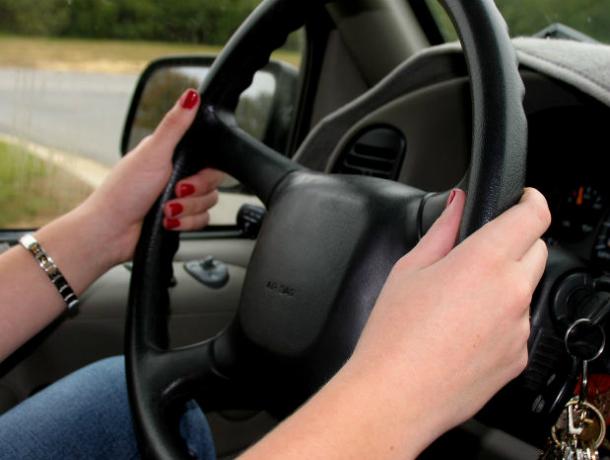 Женщина-таксист стала жертвой пассажира-рецидивиста и его сообщника в Ростовской области
