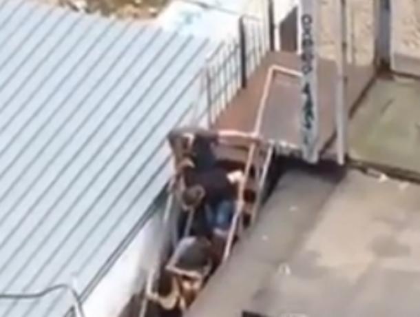 Нюхающие «белые дорожки» в подворотне школьники шокировали ростовчан на видео