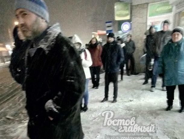 В мороз и сильную метель ростовчане не смогли дождаться общественный транспорт