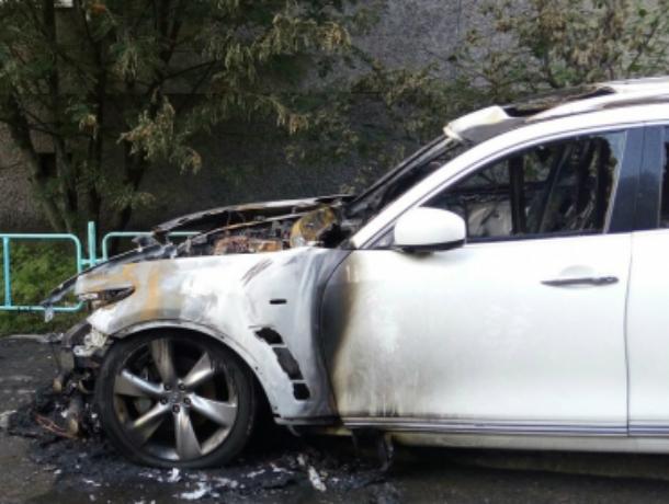 Элитная иномарка Infinity сгорела в Ростовской области