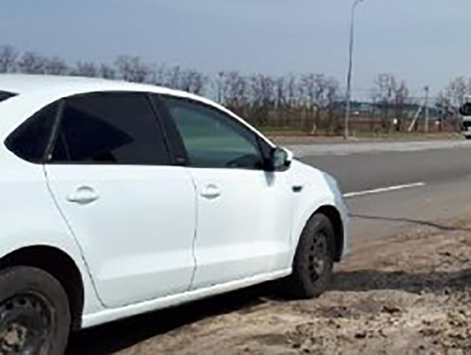 Ожидающие прибытия самолета в «Платове» ростовчане ставят свои автомобили в лесу