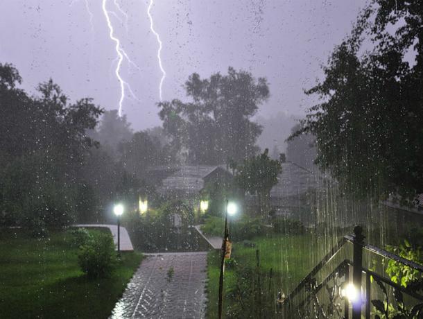 Сильные дожди с градом и шквалистым ветром стремительно надвигаются на Ростов