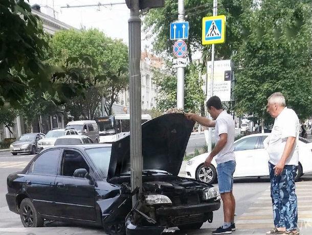 ДТП на Большой Садовой в Ростове устроило проверку на прочность столбу