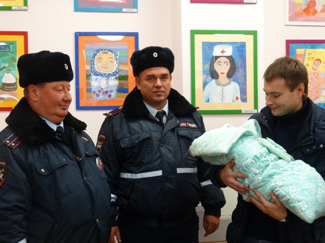 Благодарные родители пригласили ростовских автоинспекторов на выписку