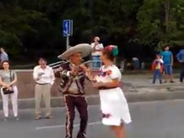 200-тысячным болельщиком фан-зоны в Ростове стал импозантный мексиканец