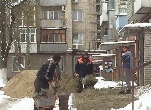 Укладка плитки в холод и снег развеселила ростовчан