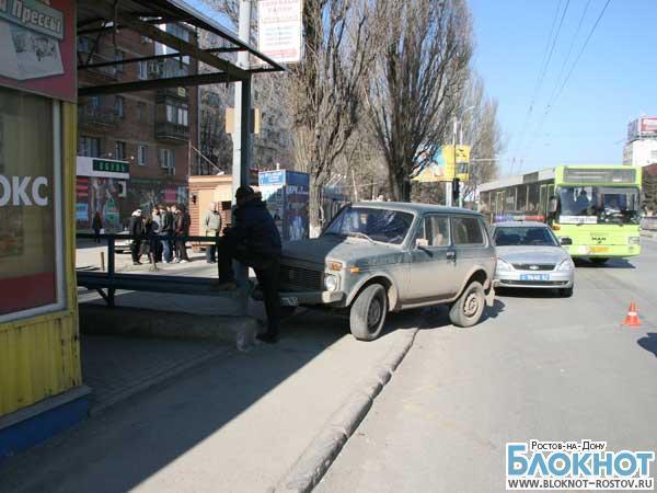 В Ростове «Нива» протаранила остановку, есть пострадавшие