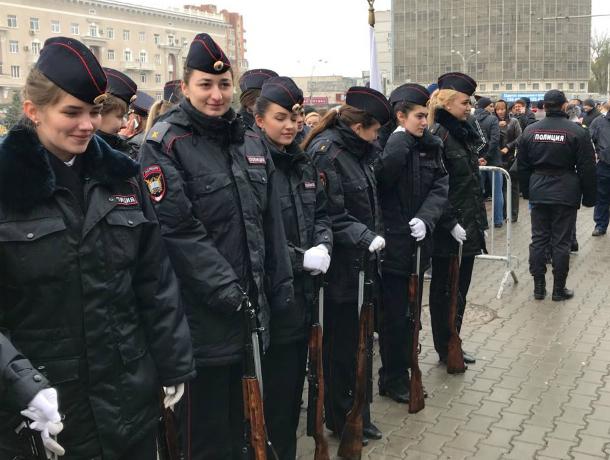 Мастерское обращение с оружием и отчеканенный строевой шаг продемонстрировали молодые полицейские в свой праздник