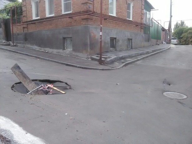 Больше месяца власть в Ростове игнорирует огромную яму посередине дороги