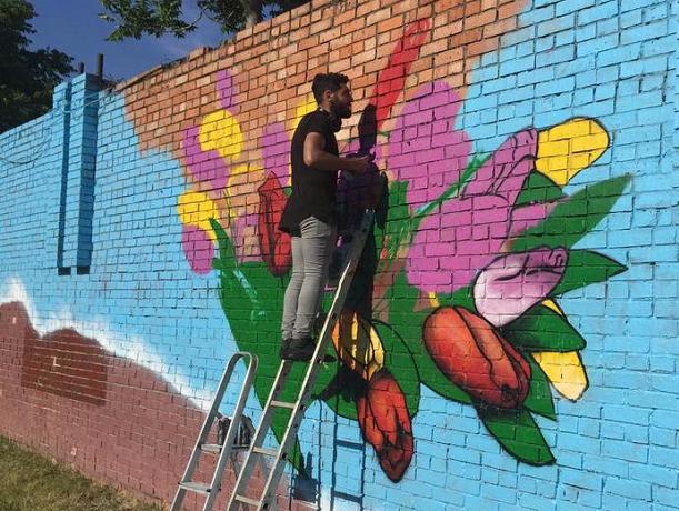 Огромное радужное граффити украсит загаженную стену подстанции в Ростове